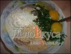 Куриные котлеты с кунжутом и зеленым луком: фото к шагу 5.