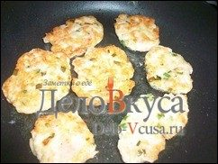 Куриные котлеты с кунжутом и зеленым луком: фото к шагу 8.