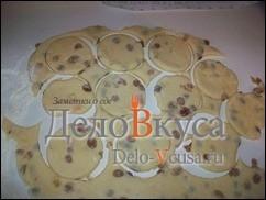 Вырезаем печенье с помощью формочки, стакана или просто режем тесто ножом на полоски, квадратики или треугольники