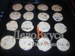 Кладем печенье на смазанный маслом или застеленный бумагой для выпечки противень и ставим в разогретую духовку