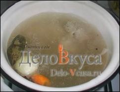 Курицу варим с морковкой, луком, лавровым листом и специями в течении 25-30 минут