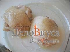 Затем куриные бедрышки слегка посолить, или посыпать специями и запечь в духовке до румяной корочки
