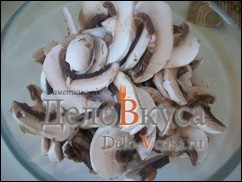 Порезать грибы тонкими пластинками