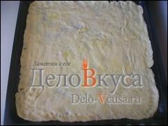 Противень смазываем оливковым маслом и перекладываем на него тесто, тесто смазать оливковым маслом и оставить на 30-40 минут в теплом месте подходить
