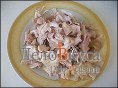 Отделить куриное мясо от костей и разделить на небольшие кусочки