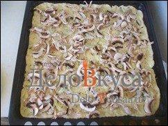 Пицца с курицей, шампиньонами и сыром без томатной основы: фото к шагу 15