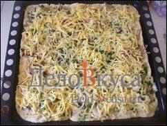 Пицца с курицей, шампиньонами и сыром без томатной основы: фото к шагу 17