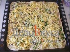Засыпаем пиццу оставшимся сыром и отправляем в духовку