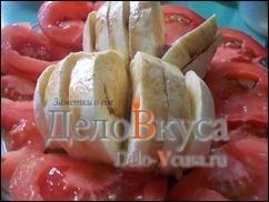 Кладем сыр на тарелку и украшаем тонкими ломтиками томатов