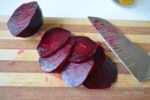 Гарнир из вареной свеклы с заправкой из горчицы, бальзамического уксуса и оливкового масла: фото к шагу 1.