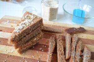 Гренки из черного хлеба с кунжутом: фото к шагу 3.