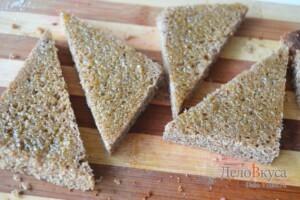 Гренки из черного хлеба с кунжутом: фото к шагу 2.
