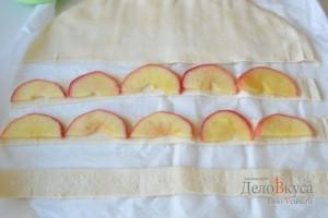 На тесто выкладываем ломтики яблока