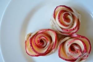 Розочки из сллоеного теста с яблоками