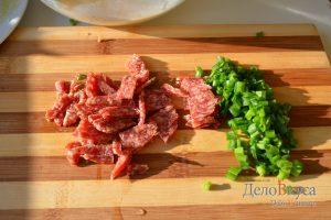 Омлет: Порезать зелень и колбасу
