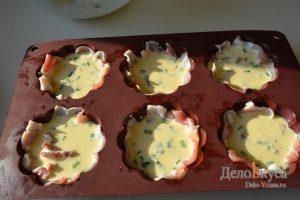 Омлет: Залить в формочку омлет