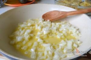 Рыба под соусом: В масло, в котором жарилась рыба, добавлям сливочное масло, и обжариваем в нем лук