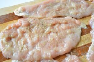 Добавить специи, соль, горчицу с оливковым маслом, или любой другой маринад