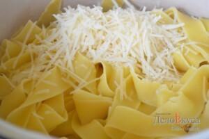К макаронам добавляем немного пармезана, оливкового масла и несколько ложек отвара от макарон
