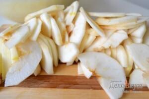 Яблоки очистить и нарезать тонкими пластинками