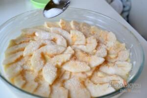 Кладем второй слой яблок и присыпаем их сахаром