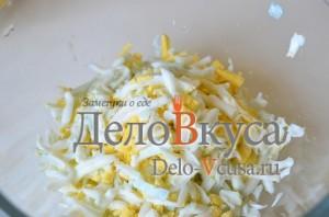 Салат из черемши: Вареные яйца натереть на терке