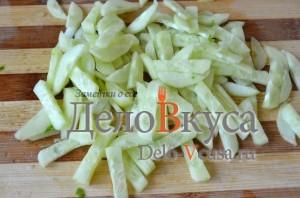 Салат из черемши: Огурец очистить и порезать соломкой