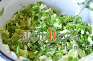 Салат из черемши: Заправить и перемешать салат