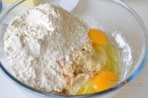Панеттоне: Добавить яйца, муку и оставшиеся дрожжи