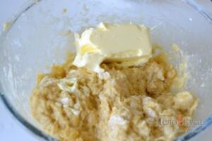 Панеттоне: Хорошо вымесить тесто и добавить сливочное масло