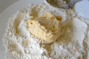 Сырники: Сырник обвалять в муке