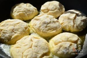 Сырники: Обжарить сырники