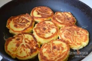 Сырники: Обжарить сырники до румяной корочки с двух сторон