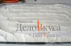 Тирамису: Выкладываем слой крема и равномерно распределяем его