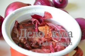 Красим пасхальные яйца в цвет охра в луковой шелухе: фото к шагу 2.