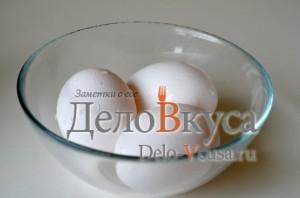 Красим пасхальные яйца в синий цвет в соке краснокочанной капусты: фото к шагу 3.