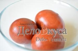 Красим пасхальные яйца в цвет охра в луковой шелухе: фото к шагу 5.