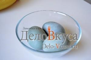 Красим пасхальные яйца в серо-голубой цвет в соке краснокочанной капусты: фото к шагу 5.