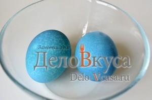 Красим пасхальные яйца в синий цвет в соке краснокочанной капусты: фото к шагу 5.