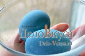 Красим пасхальные яйца в синий цвет в соке краснокочанной капусты: фото к шагу 6.