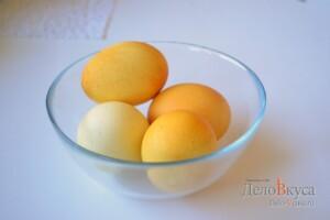 Красим пасхальные яйца в желтый цвет куркумой: фото к шагу 4.