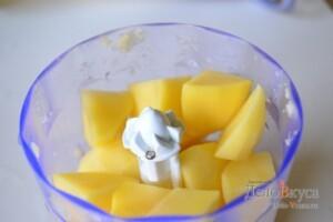 Картофельные драники: Картошку измельчить в блендере