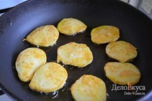 Картофельные драники: Жарим драники с двух сторон