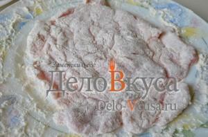 Отбивные в духовке: Мясо запанировать в муке