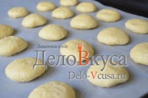 Кокосовое печенье: Кладем печенье на противень
