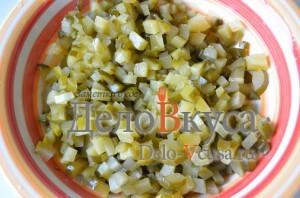 Салат к драникам: Кладем огурцы в салатник