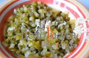 Салат к драникам: Добавляем чеснок и перец