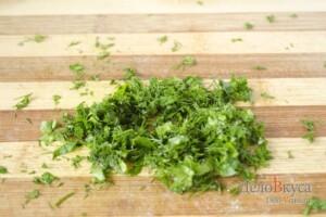 """Салат """"Оливье"""": Покрошить зелень"""