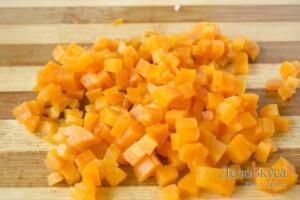 """Салат """"Оливье"""": Порезать вареную морковку"""