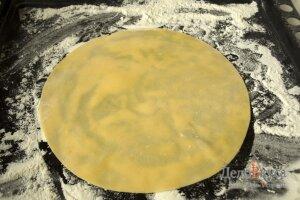 Торт медовик: Поставить корж в духовку